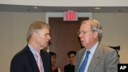 美国在台协会AIT前任与现任理事主席卜睿哲(Richard Bush)(左)以及薄瑞光(右)(Raymond Burghardt)