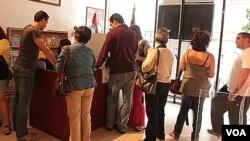 Nueve consulados están abiertos en Estados Unidos para atender a los votantes venezolanos en el extranjero, entre ellos el de Nueva York, a donde llegó este grupo de personas.