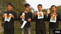 4青年在郑州紫荆山广场毛泽东雕塑背后撕毁毛像(网上照片)