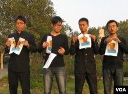中国4青年在郑州紫荆山广场毛泽东雕塑背后撕毁毛像(2012年10月25日,网上照片)