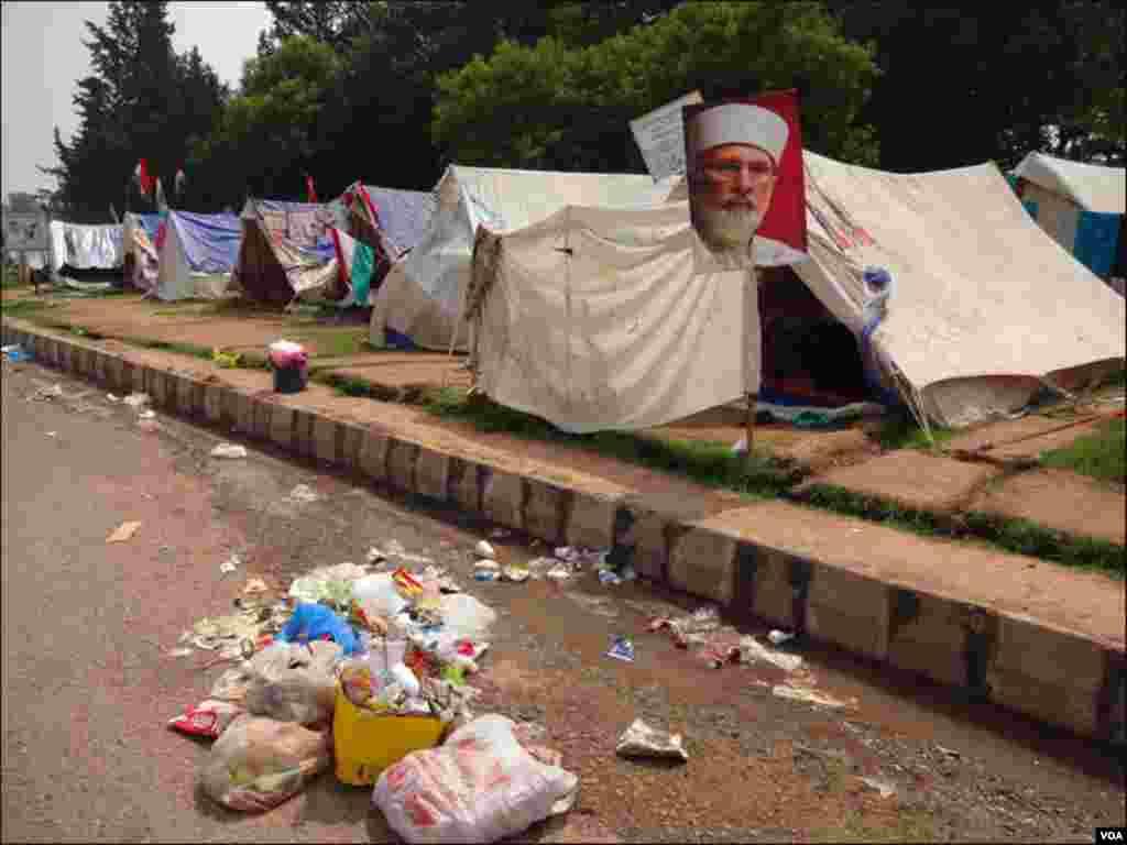 خیموں کے باہر گندگی اور صفائی کا کوئی انتظام نا ہونے سے بیماریاں پھیلنے کا خدشہ ہے