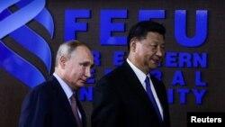 中国国家主席习近平和俄罗斯总统普京在符拉迪沃斯托克(又称海参崴)出席东方经济论坛期间举行圆桌会议商讨两国合作。(2018年9月11日)