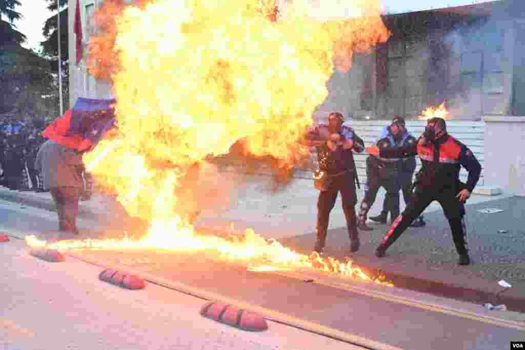 Zjarr gjatë protestave në Tiranë