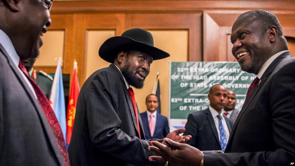 Poignée de mains entre Riek Machar, ancien vice-président du Soudan du Sud, à gauche, et le président sud-soudanais Salva Kiir à Addis Abeba, Ethiopie, 21 juin 2018.