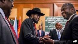 Le président du Soudan du Sud, Salva Kiir, et le chef de l'opposition Riek Machar, à droite, se serrent la main lors des pourparlers de paix dans un hôtel à Addis Abeba, Ethiopie, 21 juin 2018.
