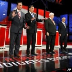 共和黨總統參選人桑托羅姆(左起)﹐羅姆尼﹐金里奇﹐保羅星期三在佛羅里達州的辯論台上。