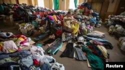 Ukrajinac isprobava odeću dodeljenu ugroženim civilima u području Donjecka na istoku zemlje.