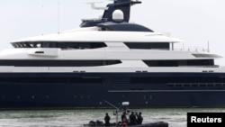 逃亡马来西亚富商刘特佐的豪华游艇被没收后带到巴生港。(2018年8月7日)