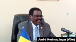 Mahamoud Youssouf Kayal, ministre de la Santé publique, à N'Djamena, le 18 mars 2020. (VOA/André Kodmadjingar)