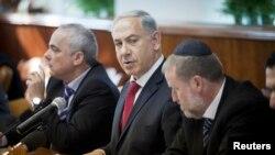 Israel's Prime Minister Benjamin Netanyahu (C) attends the weekly cabinet meeting in Jerusalem, Dec. 29, 2013.