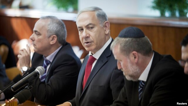 Israel's Prime Minister Benjamin Netanyahu (C) attends the weekly cabinet meeting in Jerusalem, Dec. 29, 2013.