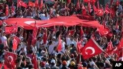 土耳其人在议会外抗议兵变(2016年7月16日)
