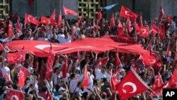 Turkiya fuqarolari hukumatni ag'darishga uringan harbiylarga qarshi namoyish o'tkazmoqda, Anqara, Turkiya, 16-iyul, 2016-yil.