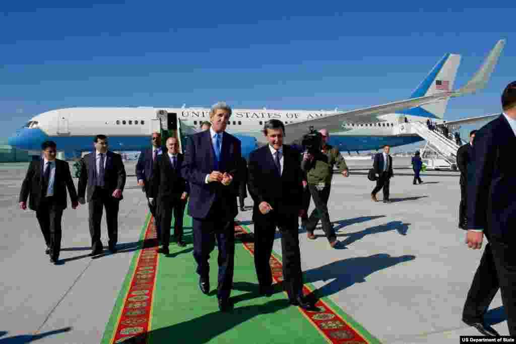 Ashgabat xalqaro aeroportida Turkmaniston Tashqi ishlar vaziri Rashid Meredov bilan