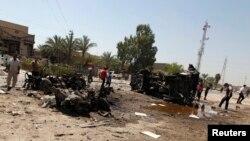 2013年8月15日,伊拉克首都巴格达发生一系列汽车炸弹爆炸后,人们在爆炸现场搜寻察看。