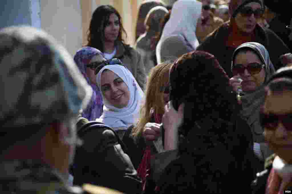 Women wait to vote in Egypt's constitutional referendum outside of a polling station in Giza, Saturday, Dec. 22, 2012. (Yuli Weeks for VOA).
