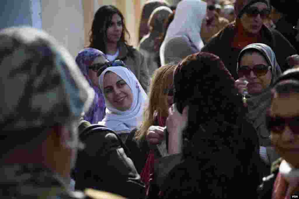 Warga menunggu giliran di sebuah tempat pemilihan suara di Giza (22/12). (VOA/Yuli Weeks)