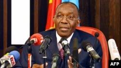 Raymond Tshibanda, ministre des Affaires étrangères de la RDC, parle au cours d'une conférence de presse à Kinshasa, 19 juillet 2012.
