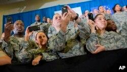 Esta semana, Trump viajó a la base de la Fuerza Aérea de Dover, para asistir al funeral del SEAL de la Marina que murió en una incursión antiterrorista reciente en Yemen.