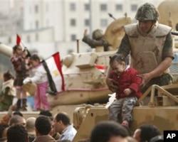 埃及坦克士兵抱着小孩在坦克上拍照