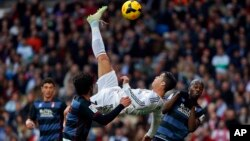 Real Madrid's Cristiano Ronaldotti dorgommii La Liga bara 2014 irratti Real Madriditti goolii galchuuf akkana fillinqoo itti bu'a, Ammajii, 25, 2014.