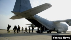 25일부터 다음 달 8일까지 군산기지에서 실시되는 맥스선더(Max Thunder) 훈련을 위해 지난 24일 미 해병대원들이 군산기지에 내리고 있다.