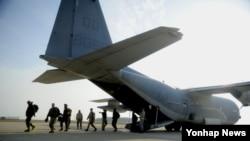 지난 25일부터 11월 8일까지 시행되고 있는 '맥스선더' 훈련을 위해 24일 미 해병대원들이 군산기지에 내리고 있다. 피스 아이는 현재 미-한 연합 공중 전투훈련인 '맥스선더' 훈련에 참가해 조기경보 등의 임무를 수행하고 있다.