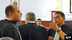 Luật sư Hosni Beji (trái) và Abdsatar Messaoudi của ông Ben Ali tại phiên tòa ở Tunis, 4/7/2011