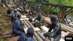 Les militaires Cameroun sur un pont, en direction de Wum, en zone anglophone, le 6 décembre 2018. (VOA/Ministère de la défense)