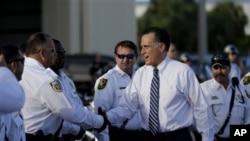 Ứng cử viên tổng thống của đảng Cộng hòa Mitt Romney bắt tay các nhân viên cảnh sát tại West Palm Beach, Florida, ngày 23/10/2012