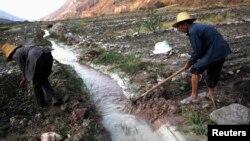 중국 윈난성 쿤밍에서 농부들이 오염수가 빠져나가도록 물길을 만들고 있다. (자료사진)