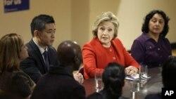 13일 미국 뉴욕 주에서 민주당의 힐러리 클린턴 경선 후보(가운데)가 지역 정치인들, 이민 문제 운동가들과 대화를 나누고 있다.