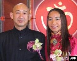 央金拉姆(右)和丈夫陈宇廷