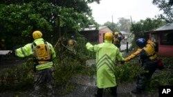 پورٹوریکو کے جزیرے فجارو پر امدادی اہلکار طوفان سے متاثرہ ایک علاقے میں امدادی کارروائیوں میں مصروف ہیں