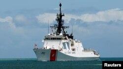 美国海岸警卫队的伯索夫号巡逻舰2012年6月29日驶入夏威夷珍珠港,准备参加环太平洋军事演习。
