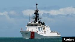 美国海岸警卫队的伯索夫号(Bertholf)巡逻舰驶入珍珠港,参加环太平洋军演。(2012年6月29日)