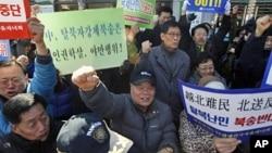 """南韓群眾3月12日在中國駐南韓首爾大使館附近舉行示威﹐抗議中國將""""脫北者""""遣返回北韓"""