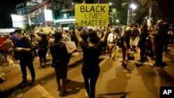 22일 미국 노스캐롤라이나 주 샬럿에서 흑인 주민이 경찰의 총에 맞아 숨진 데 항의하는 시위가 사흘째 이어졌다. 시위대가 야간 통행금지령에 맞서 가두시위를 벌였지만, 경찰과의 심각한 충돌은 없었다.