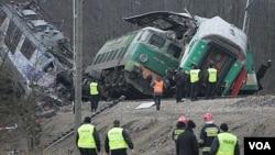 Tim penyelamat bekerja di lokasi tabrakan kereta penumpang di Szczekociny, Polandia Selatan (4/3).