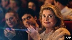 Catherine Deneuve, actriz francesa, aplaude durante la apertura del festival Premiers Plan.
