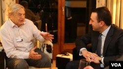 美国索罗斯基金会创始人索罗斯(左)2014年1月在世界经济论坛和格鲁吉亚总理会晤