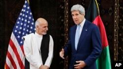 Ngoại trưởng Mỹ John Kerry gặp gỡ ứng cử viên tổng thống Afghanistan Ashraf Ghani Ahmadzai tại Đại sứ quán Mỹ ở Kabul, 11/7/2014.