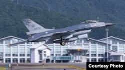 台灣上校飛行官蔣正志11月17日夜間進行航行訓練時就是駕駛這樣的一架F-16戰機。 (圖片來源:台灣國防部推特)
