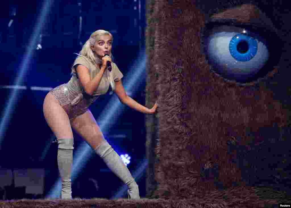 តារាចម្រៀង Bebe Rexha សម្តែងនៅលើឆាកអំឡុងពេលពិធីប្រគល់ពានរង្វាន់ MTV Europe Musice Awards 2016 នៅកីឡាដ្ឋាន Ahoy Arena ក្នុងក្រុង Rotterham ប្រទេសហូឡង់ កាលពីថ្ងៃទី០៦ ខែវិច្ឆិកា ឆ្នាំ២០១៦។