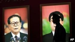 在北京一名警衛七月8日在前中國國家主席江澤民巨幅畫像前站崗