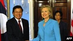 Cuộc hội đàm giữa Ngoại trưởng Clinton (phải) và Ngoại trưởng Sisoulith là cuộc họp cấp cao nhất giữa hai quốc gia kể từ thời chiến tranh Việt Nam