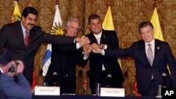 Los presidentes de Venezuela, Nicolás Maduro, Uruguay, Tabaré Vázquez, Ecuador, Rafael Correa, y Colombia, Juan Manuel Santos, juntan sus manos al final de la reunión de Quito.