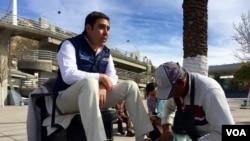 El alcalde de Nogales, Sonora, Temo Galindo se lustra los zapatos en la calle frente a la alcaldía. (Foto: R. Taylor/VOA)