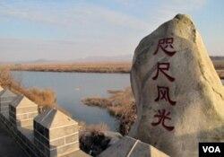 """在这里,中朝两国仅以一道铁丝网相隔,被称为""""咫尺风光"""""""
