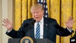 នៅក្នុងរូបភាពកាលពីថ្ងៃទី២២ ខែមករា ឆ្នាំ២០១៧នេះ លោកប្រធានាធិបតី Donald Trump ថ្លែងទៅកាន់មន្រ្តីជាន់ខ្ពស់របស់សេតវិមានអំពីផែនការសេដ្ឋកិច្ចរបស់លោក។